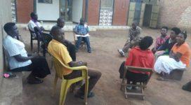 Das Fredmon-Team-Uganda tauscht sich aus, um die bestmögliche Hilfe vor Ort zu gewährleisten